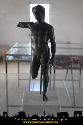 Statue en bronze d'un éphèbe